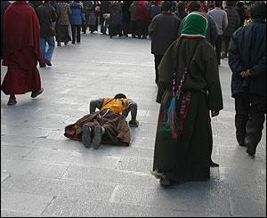 Tibetanos siguiendo el circuito de oraci�n alrededor del monasterio Jokhang en Lhasa.