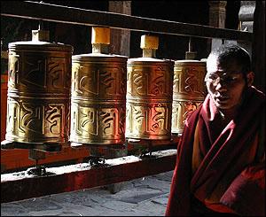 Monje frente a ruedas de oraci�n, Jokhang, Lhasa.