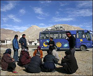 Tibetanos descansan junto a un bus averiado.
