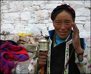 Mujer con una rueda de oraci�n en Samye.