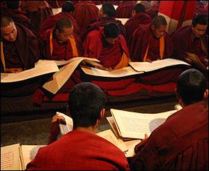 Monjes recitan sus plegarias en el monasterio de Sera Thekchenling, Lhasa.