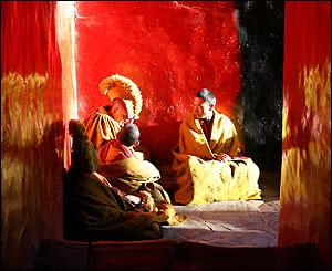 Monjes descansan en el monasterio de Tashilumpo, Zhigatse.