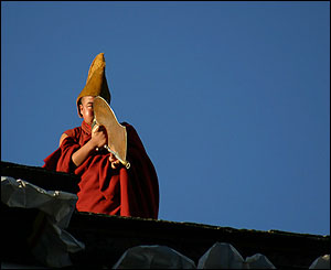 Monje llama a la plegaria en el monasterio de Tashilumpo, Zhigatse.