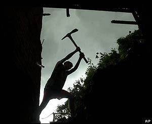 David Ascanio, de 15 años, remueve los escombros caídos sobre  una barriada pobre en Caracas.