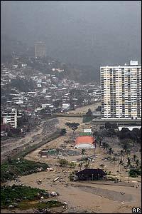 Río Camuri desbordándose en el estado de Vargas.