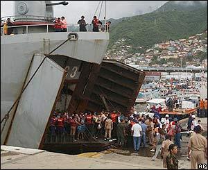Turistas desembarcan de un buque de la armada venezolana luego de ser rescatados.