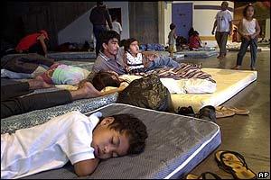Luis Castillo y su familia, en un refugio para damnificados en Caracas.