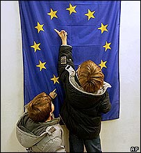 Children count stars on EU flag
