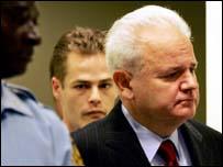 Слободан Милошевич входит на заседание суда в Гааге
