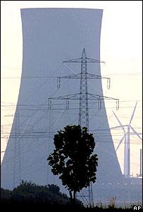 Molinos de viento, una planta nuclear y cables de alto voltaje