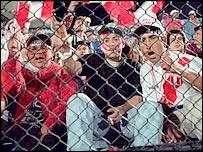 Fanáticos en estadio peruano