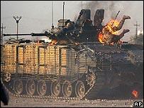 Soldado británico en tanque incendiado