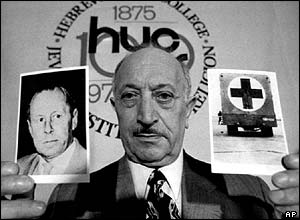 Simon Wiesenthal with photographs of Walter Rauff in New York, 1973