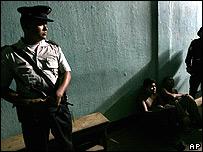 Un policía vigila a los detenidos.