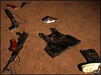 Armas, bota y chaleco antibalas encontrados en el recinto.