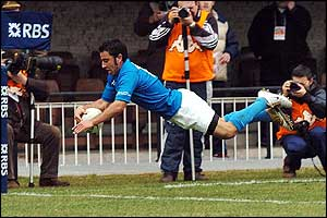 Italy's Luciano Orquera makes his try