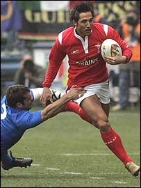 Wales centre Gavin Henson takes on the Italian defence