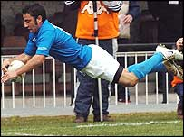 Luciano Orquera scores a try for Italy