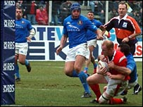 Martyn Williams lunges towards the Italy try line