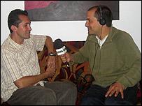 El artista colombiano Nad�n Ospina con el corresponsal de la BBC Hernando �lvarez.