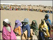 Darfur refugees line up for food