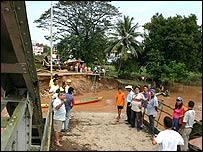 Residentes de Puerto Santander, Colombia, frente a puente destruido por el río La Grita en la frontera con Venezuela