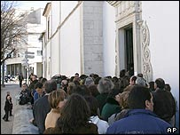 Mourners queue to see body of Sister Lucia at Carmelite convent in Coimbra