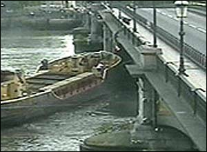 Barge hits Battersea Bridge