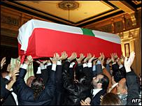المشيعيون يحملون جثمان الحريري من منزله في بيروت