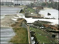 Floodwater pours over damaged flood defences in New Orleans
