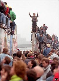 Berlineses celebran en lo alto del Muro en 1989.