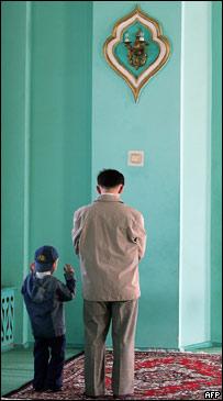 Молющиеся отец и сын