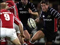 Ronan O'Gara takes on the Scarlets defence