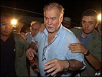El ex presidente Raúl Cubas abandona la casa donde encontraron el cadáver de su hija