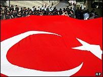 Демонстранты с турецким флагом