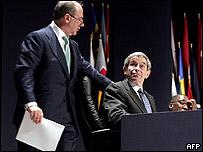 IMF Managing Director Rodrigo de Rato (L) chats to the World Bank's Paul Wolfowitz