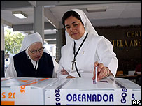 Monjas votan en Saltillo, México