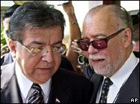 Nicanor Duarte, presidente de Paraguay (izquierda) y Raúl Cubas.