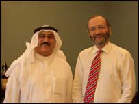 Ministro de Información de Bahrain, Muhammad Abdulghaffar y Robin Lustig.