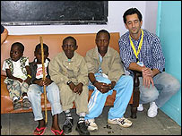 Dr Cavadas with the Kenyan boys (photo : Fundacion Pedro Cavadas)