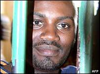 Andrew Mwenda, de la oposici�n de Uganda.