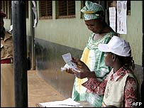 Centro de votaci�n para el refer�ndum en Uganda.