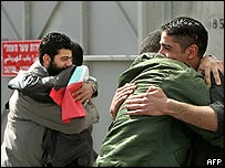 Freed Palestinian prisoners hugs relatives