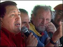 Hugo Chávez, presidente de Venezuela, inaugura una cooperativa agrícola.