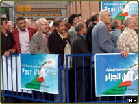 Algerians voting in France