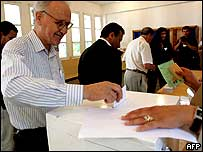 Man voting in Algiers