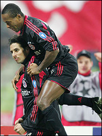 Claudio Pizarro and Ze Roberto celebrate for Bayern