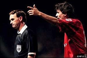 Roy Keane argues with referee Steve Lodge