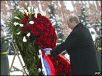 Владимир Путин возлагает венок