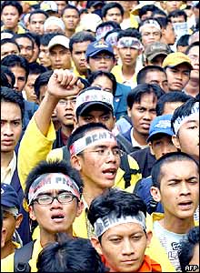 Indonesian protesters shout anti-government slogans during a demonstration in front of the Presidential Palace in Jakarta, 30 September 2005